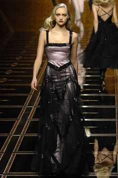 See the complete Valentino Fall 2007 Ready-to-Wear collection.