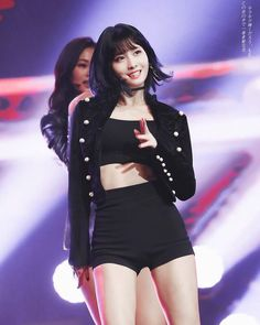 By now every TWICE fan knows Momo has some spectacular dance skills, but what some people may not know is that the amazing idol has also received some major praise from one of the industry's top choreographers. Lia Kim is the chief choreographer. Nayeon, Kpop Girl Groups, Korean Girl Groups, Kpop Girls, Stage Outfits, Kpop Outfits, Lia Kim, Hirai Momo, K Pop