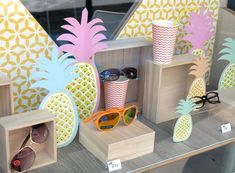 Summer display for sunnies via La Belle Idée. Window Display Retail, Window Display Design, Retail Windows, Store Windows, Summer Window Displays, Merchandising Displays, Store Displays, Summer Decoration, Vitrine Design