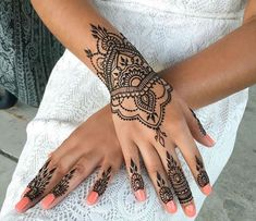 What is a Henna Tattoo? Henna tattoos are becoming very popular, but what precisely are they? Henna Tattoo Designs, Henna Tattoos, Henna Tattoo Muster, Et Tattoo, Tatuajes Tattoos, Mehndi Tattoo, Finger Tattoos, Tattoo Drawings, Tattoo Thigh
