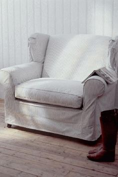 Large white chair, comfortable and and inviting//( Riviera Maison) Rivera Maison, Furniture Slipcovers, Farmhouse Furniture, Furniture Styles, Elegant Homes, Soft Furnishings, Home And Living, Decoration, Love Seat