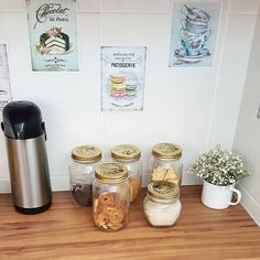 Cantinho do café ♥ Quando vejo esses potes vazios entro em crise de abstinência  #morandocomamor #cantinhodocafe #home #homesweethome #homedecor #minhacasapop #bormiolirocco #masonjar