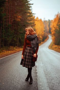 Incredible and inspiring poses, beautiful color and nice compositions Looks Vintage, Vintage Outfits, Vintage Fashion, Mein Style, Autumn Aesthetic, Moda Vintage, Mode Chic, Winter Mode, Mode Inspiration