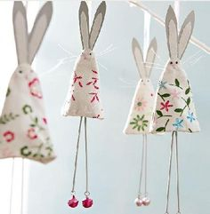 Easter or use felted wool scraps for christmas tree bunnies (like the chicken… cute shabby chic easter bunny rabbit bunting decoration to make easy to copy from picture kids could make this wrapped around a cardstock cone W I like this idea but would re Easter Projects, Easter Crafts, Christmas Crafts, Christmas Tree, Easter Decor, Christmas Angels, Easter Ideas, Felt Crafts, Fabric Crafts