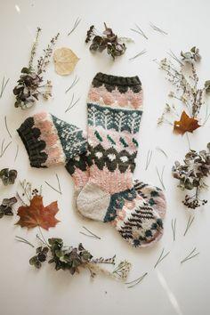 Ohje on julkaistu päivä kerrallaan blogissa syksyllä 2016. Päivä 1 Oi oi oi, tervetuloa mukaan, vihdoin tai taas, neulomaan blogini nimikkovuodenaikasukkia! Tämä olkoon satunnainen perinne ja ilahd… Knitting Designs, Knitting Projects, Knitting Patterns, Hand Knitting Yarn, Knitting Socks, Wool Socks, Thread Crochet, Crochet Yarn, Fabric Yarn
