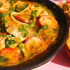 Receita de Moqueca de Peixe - 6 postas de peixe (preferencialmente dourado), 6 dentes de alho, 4 unidades de tomate, 2 unidades de cebola, cebolinha verde a...