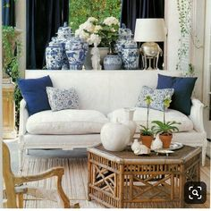 43 Adorable Decorating with Blue and White 58 Chinoiserie Chic the History Of Blue and White Porcelain 8 Home Confort, Living Room Decor, Living Spaces, Home Interior, Interior Design, Design Interiors, Interior Ideas, Salons Cosy, Asian Home Decor