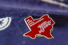 WILLIE NELSON Concert Tour Collectors Lapel Pin 1980s Red and White Textured  Gold Tone Back