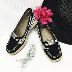Sperry Topsiders Gently worn. Comes with brand new silver leather shoe laces! Sperry Top-Sider Shoes Flats & Loafers