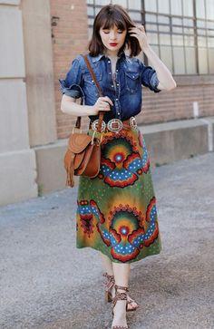 Jane Aldridge usa camisa jeans com saia estampada e sandália western