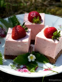 Oh my god, these yummies! Yes, I'm talking about strawberries as they are a perfect theme for any summer wedding. Strawberry desserts and drinks are awesome for any type of wedding as many people love. Strawberry Desserts, Köstliche Desserts, Summer Desserts, Delicious Desserts, Yummy Food, Wedding Strawberries, Strawberry Wedding, Raw Cake, Easy Cake Decorating