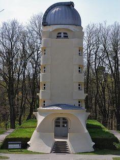 """Einsteinturm. Der Einsteinturm ist ein zwischen 1919 und 1922 erbautes Observatorium im """"Wissenschaftspark Albert Einstein"""" auf dem Telegrafenberg in Potsdam, ein für seine Entstehungszeit revolutionäres Bauwerk des Architekten Erich Mendelsohn."""