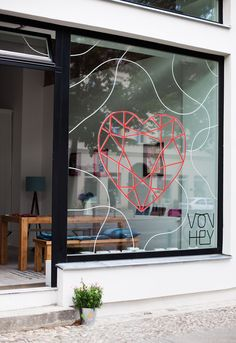Jahresausblick von Alexa I would use glass board paints to display specials, opening times and so on. What a great idea Vonhey Shop Interior Design, Retail Design, Store Design, Design Food, Deco Design, Visual Merchandising, Window Signage, Design Typography, Window Graphics