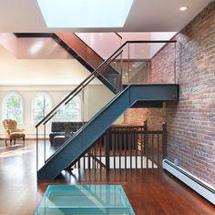 Uma das maiores tendências no design é o estilo industrial. Para deixar o ambiente mais despojado aposte em guarda corpo de vidro para as escadas! #design #vidro