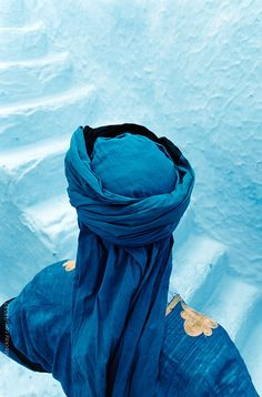 Moroccan Touareg standing by blue steps. Morocco by Hugh Sitton - Stocksy United Desert Dunes, Style Marocain, Color Menta, Moroccan Blue, Moroccan Art, Arabian Nights, Turquoise, Blue Aesthetic, Indigo Blue