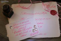 http://www.lemienozze.it/operatori-matrimonio/partecipazioni_e_tableau/partecipazioni-nozze-roma/media/foto/9 Ceralacca e inchiostro rosa per delle partecipazioni davvero uniche: guarda tutti i modelli e gli stili per le tue partecipazioni.