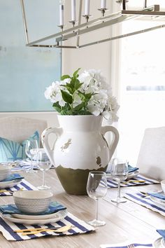 Beautiful Spring Entertaining Ideas with Fresh Flowers and Mini Bouquets