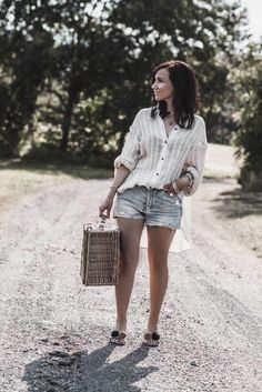 On the way & having a healthy picnic with Dr. Karg's - Julie's dress code - Outfits für Frauen, Fashion & Streetstyle Inspiration on Julies Dresscode - Denim Fashion Fashion Models, 2020 Fashion Trends, Denim Fashion, Fashion Photo, Fashion Outfits, Fashion Bloggers, Long Denim Skirt Outfit, Black Shorts Outfit, White Denim Skirt
