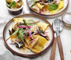 Krämig svamppasta av portabellosvamp och triangoli som serveras med en utsökt sallad på marinerad kronärtskocka, rödlök och mangoldskott. Den mjuka konsistensen fås efter att svamp och zucchini stekts och grädde tillsatts mot slutet. Timjan ger en förträfflig smak ihop med svampen. Varsågod och njut!