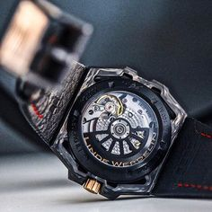 You may have seen a lot of its pretty face...Did you know the Linde Werdelin SpidoLite Tech Gold has a very attractive rear also! The carbon fibre forged for the case of the SpidoLite Tech is one-of-a-kind so you will only find it in the 2 series of 75 pieces for the world!