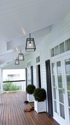 21 Relaxing Porch Design and Decor Ideas for the Perfect Getaway Spot - The Trending House Die Hamptons, Hamptons Style Homes, Front Verandah, Front Porch Lights, Porch Ceiling Lights, Outdoor Porch Lights, Front Deck, Front Porch Makeover, Traditional Porch