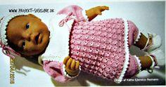 Baby born opskrifter 43 cm. Kjole strikket i klokkemønster med stor krave, pandebånd og sko samt korte bukser i rosa farve med råhvid.