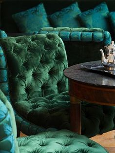 Tufted chairs in an emerald green velvet – what a beautiful color! La Réserve P… Tufted chairs in an emerald. Blue And Green, Shades Of Green, Emerald Green, Emerald City, Emerald Color, Color Blue, Stars Wallpaper, Estilo Dandy, Deco Baroque