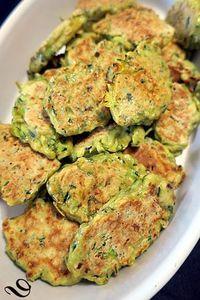 Galettes de courgettes à la plancha , une recette légère et savoureuse, accompagnée de tomates provençales et de viande grillée- du pain sur la planche.....ou nourrir sa tribu