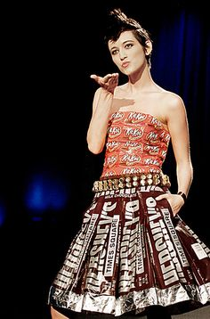 Kuvahaun tulos haulle evening gown made of candy papers Recycled Costumes, Recycled Dress, Recycled Clothing, Paper Fashion, Fashion Art, Fashion Show, Fashion Design, Paper Clothes, Paper Dresses