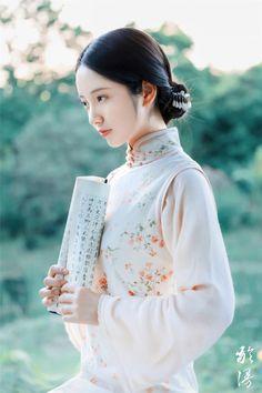 Cô đơn cũng là một thứ cảm xúc khiến lòng ta trở nên an nhiên, tự tại. Thanh đạm sống qua tháng ngày, lặng lẽ ngắm nhìn nhân sinh biến ảo, thanh xuân có qua đi thì trái tim vẫn không bị nào mòn vì hai chữ ái tình. #thanhthanh Oriental Fashion, Asian Fashion, Chinese Fashion, Hanfu, Traditional Fashion, Traditional Dresses, Cherry Blossom Girl, Chinese Artwork, Sleeves Designs For Dresses