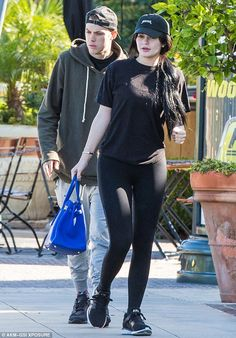 Kendall & Kylie Jenner style and news Kylie Jenner Outfits, Kendall And Kylie Jenner, Kylie Jenner Haircut, Casual Outfits, Cute Outfits, Fashion Outfits, Lazy Outfits, School Outfits, Summer Outfits