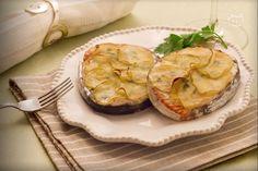 Il salmone al forno è un secondo piatto composto da medaglioni di salmone arricchiti da una ricopertura di patate croccanti.