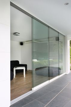 Aluminium Poolhouse Flat Roof House, House Windows, Glass Barn Doors, Sliding Glass Door, Pavillion, Sliding Door Design, Bungalow House Design, Aluminium Doors, Window Styles