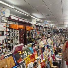 Pocos sitios mejores... Librería Paris-Valencia Valencia, Times Square, Instagram Posts, Travel, Board, Viajes, Destinations, Traveling, Trips