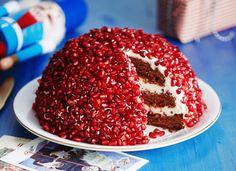 Granaattiomenan siemenillä koristeltu rubiinikakku on kahvipöydän kaunotar. Kakkupohja on taatelikakkua ja täyteessä maistuu jogurtti, sitruuna ja...
