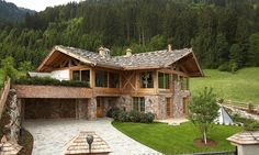 Even if the market has cooled somewhat recently: high-quality holiday property … - DIY Traumhaus Chalet Design, Chalet Style, House Design, Cabins In The Woods, House In The Woods, Cabin Homes, Log Homes, House Roof, My House