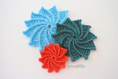 How to Crochet The Spiral Crochet Flower-Video Tutorial And Written Pattern - Knit And Crochet Daily Crochet Flower Tutorial, Crochet Flower Patterns, Crochet Motif, Crochet Flowers, Free Crochet, Knitting Patterns, Knit Crochet, Crochet Hats, Applique Patterns
