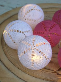 Valoa pimeyteen virkatuilla valopalloilla. Christmas Lights, Christmas Fun, Xmas, Crochet Home, Knit Crochet, Crochet Ornaments, Ball Lights, Home Deco, Crochet Projects