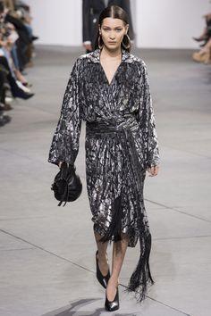 Bella Hadid walks Michael Kors Collection fall/winter 2017 collection – New York fashion week. Fashion 2017, Runway Fashion, Fashion Models, Fashion Show, Fashion Outfits, Fashion Bloggers, Style Fashion, Fashion Trends, London Fashion Weeks