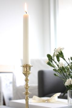 White Home Decor, Coffee Table Books, White Houses, Candlesticks, White Flowers, Interior, Party, Brass, Beautiful
