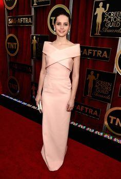 Pin for Later: Wir nehmen euch mit auf den roten Teppich der SAG Awards! Felicity Jones