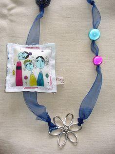 Collier sautoir ruban bleu métal argenté perles fleurs illustration bouton Pascale D.