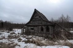 Vologda region of Russia has a special type of village houses that can never be seen in the central or southern parts of the country. Old Buildings, Abandoned Buildings, Fantasy Battle, Baba Yaga, Village Houses, Warhammer Fantasy, Urban Decay, Castle, Cottage