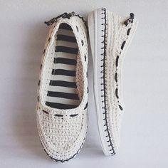 Уличные балетки Белый лён  Цена: 3000 руб. Удобные туфельки-балетки для прогулок по улице. Основа выполнена крючком из 100% льна. Подошва - современный качественный материал - пластичный, легкий и износостойкий.  Подошва прошита прочной вощеной нитью. По верху протянут шнур, который при необходимости можно подтянуть. Смастерю такие тапочки любого размера и цвета. http://www.livemaster.ru/florina34