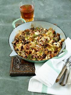 Italian style baked cheesy mushrooms with added smoky bacon bits and croutons by Jamie Oliver Baked Mushrooms, Stuffed Mushrooms, Stuffed Peppers, Wild Mushrooms, Vegetable Recipes, Vegetarian Recipes, Cooking Recipes, Vegetable Dishes, Veggie Moussaka