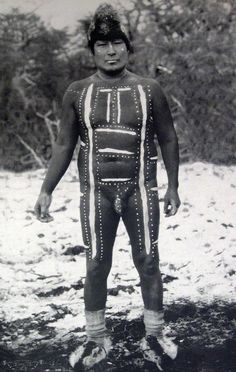 Museo Chileno de Arte Precolombino » Selk´nam Tribes Of The World, People Around The World, Vintage Photographs, Vintage Photos, Melbourne Museum, Patagonia, Costumes Around The World, Tribal People, Folk Costume