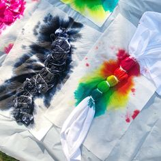 How to Tie Dye 101 Learn tie dye basics including how to prep, tie, dye, and wash tie dyed items. Plus, some of our favorite tie dye patterns! Tye Dye, Fête Tie Dye, Tie Dye Party, How To Tie Dye, Neon Party, Tie Dye Tips, Tulip Tie Dye, Shibori Tie Dye, Patterns Background