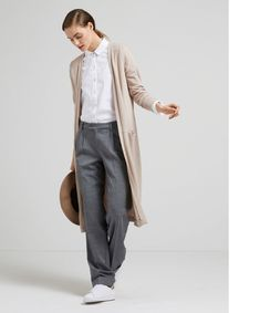 Lässig mit neuer Garconne Silhouette: Lange, schmale Strickjacke zur Marlenehose. Das geht auch im Büro!