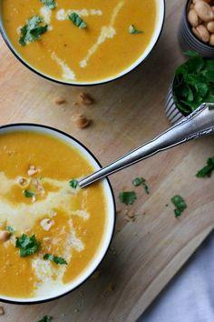 Vegan, im Handumdrehen fertig und vollgepackt mit exotischen Aromen, die Karotten-Erdnuss-Suppe mit Kokosmilch müsst ihr probieren - kochkarussell.com: