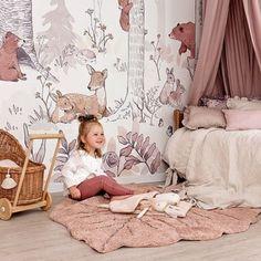 Mural do pokoju dziecka z leśnymi zwierzakami. Cudowny leśny świat przedstawiający drzewa oraz uwielbiane przez dzieci zwierzęta: sarny, jeże, niedźwiadki, wiewiórki i wiele innych. Tapeta jest w naturalnych, jasnych barwach z dodatkiem delikatnego różu, właśnie dlatego będzie idealną propozycją na ścianę w pokoju dziewczynki.   Forest Girl, Toddler Bed, Furniture, Girls, Home Decor, Living Room, Child Bed, Toddler Girls, Decoration Home